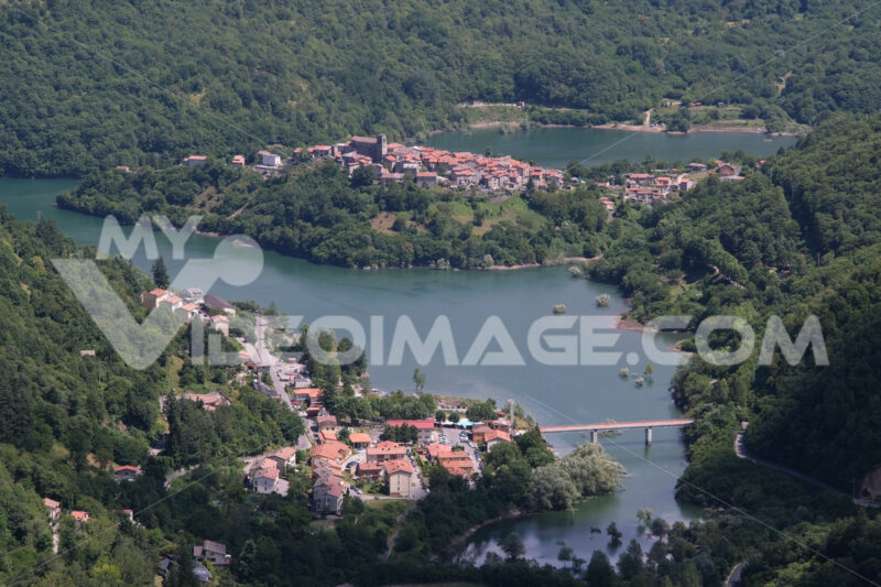Tuscany lake of Vagli  in Garfagnana with the village of Vagli di Sotto. - MyVideoimage.com | Foto stock & Video footage