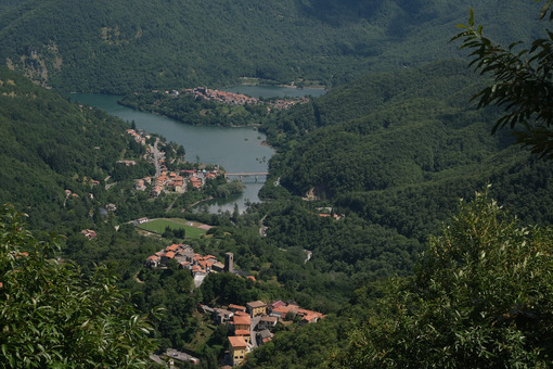 Tuscany lake of Vagli  in Garfagnana with the village of Vagli di Sotto. - MyVideoimage.com | Foto stock & Video footage