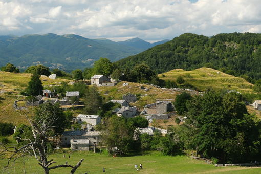 Tuscany village. Campocatino in Garfagnana, in the green valley of the Apuan Alps mountains. - MyVideoimage.com | Foto stock & Video footage