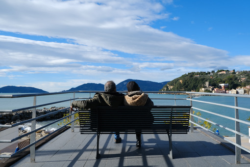 Two people sitting on a bench on a terrace overlooking the Lerici sea in Liguria. - MyVideoimage.com | Foto stock & Video footage