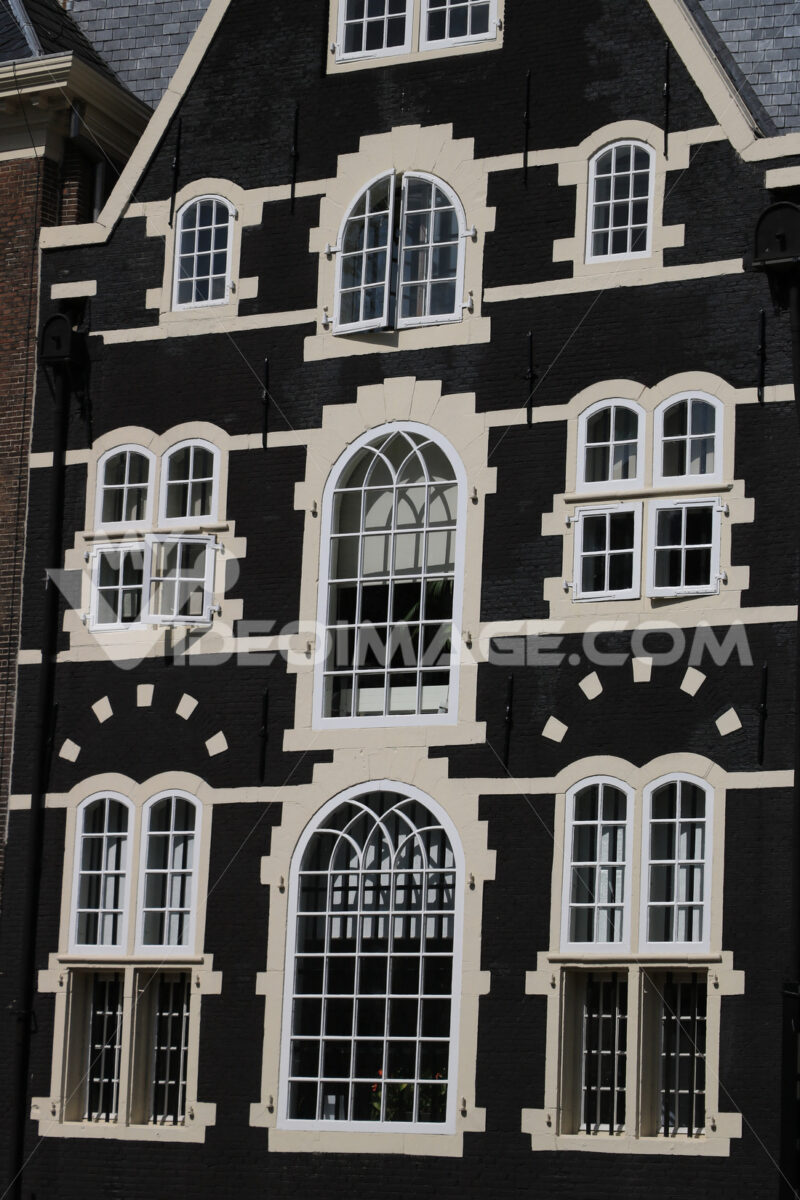 Typical Dutch houses seen from the canals of Amsterdam. Facade p - MyVideoimage.com   Foto stock & Video footage