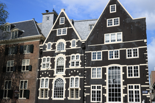 Typical Dutch houses seen from the canals of Amsterdam. Facade p - MyVideoimage.com | Foto stock & Video footage