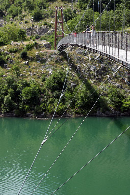 Vagli, Apuan Alps, Lucca, Tuscany. Italy.  07/09/2017. Suspended pedestrian bridge with steel cables - MyVideoimage.com