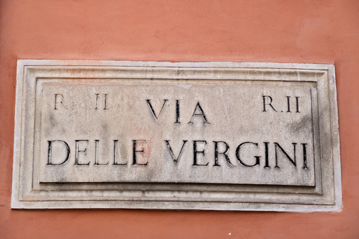 Vergini sign. Via Delle Vergini street sign in Rome. - MyVideoimage.com | Foto stock & Video footage