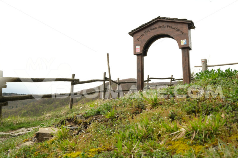 Via Francigena, Tuscan gate. Tuscan gate of the Via Francigena to the Cisa Pass. Stock photos. - MyVideoimage.com | Foto stock & Video footage