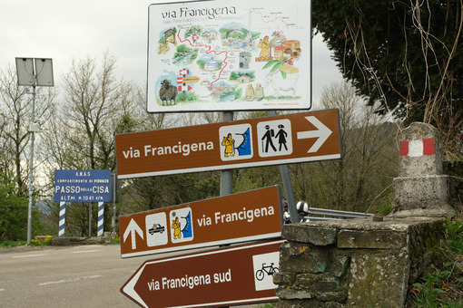 Via Francigena sign. Road signs of the Via Francigena at the Cisa Pass. Stock photos. - MyVideoimage.com | Foto stock & Video footage