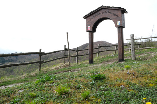 Via Francigena. Tuscan gate of the Via Francigena to the Cisa Pass. Foto stock royalty free. - MyVideoimage.com | Foto stock & Video footage
