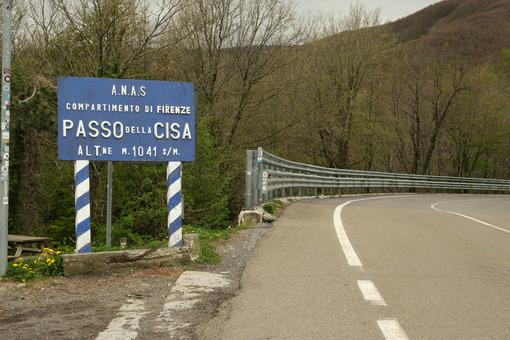 Via della Cisa. Strada Statale della Cisa with a warning sign.  Foto stock royalty free. - MyVideoimage.com | Foto stock & Video footage