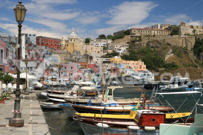 Villaggio di pescatori. Village of Marina Corricella, Procida Island, Mediterranean Sea, - MyVideoimage.com | Foto stock & Video footage