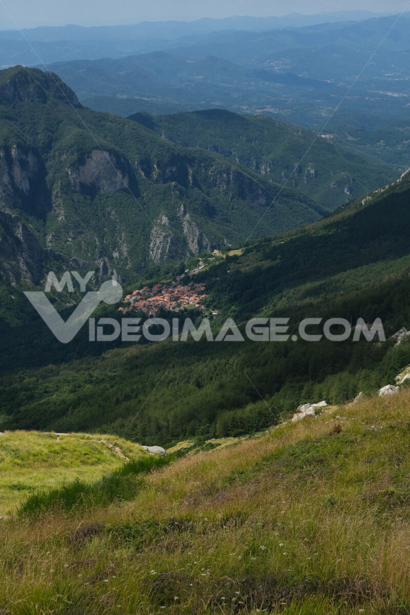 Vinca, paese nella vallata tra le Alpi Apuane in Toscana. Village of Vinca in the green valley between the Apuan mountains in Tuscany. Foto stock royalty free. - MyVideoimage.com | Foto stock & Video footage