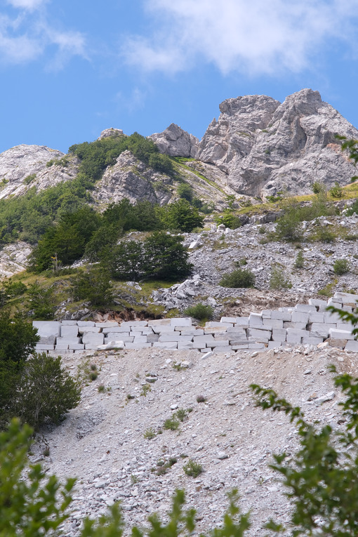 Wall on the mountain. Wall built with marble blocks in a quarry in the Apuan Alps in Tuscany. Stock photos. - MyVideoimage.com | Foto stock & Video footage