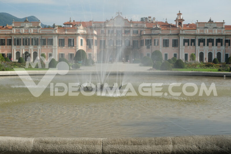 Water jet. Fountain with water jets in the Estense Park in Varese - MyVideoimage.com | Foto stock & Video footage