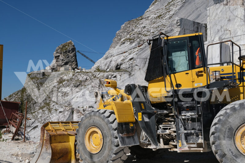 Wheel loader. Large white marble quarry with blue sky background. - MyVideoimage.com | Foto stock & Video footage