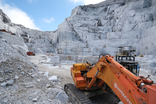Whell loader. Wheel loader in a white marble quarry near Carrara. Stock photos. - MyVideoimage.com | Foto stock & Video footage