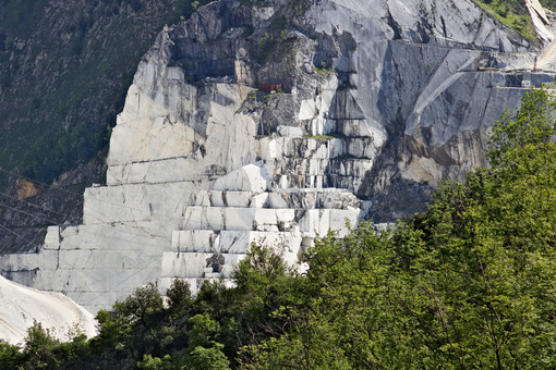 White Carrara marble quarry in the Apuan Alps. A mountain peak n - MyVideoimage.com