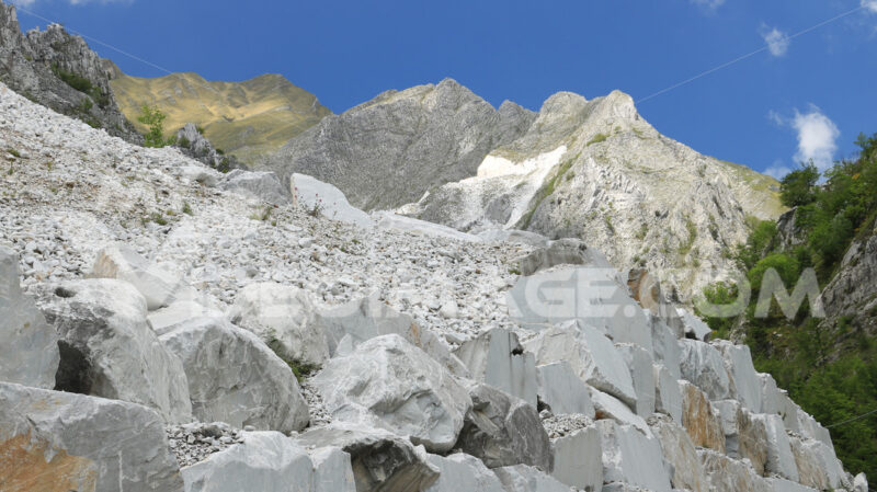 White Carrara marble quarry made in the gallery. The use of diamond tools allows to dig the marble blocks in underground galleries. - MyVideoimage.com