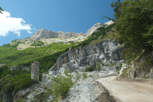 White road leading to the marble quarries of the Apuan Alps. - MyVideoimage.com | Foto stock & Video footage