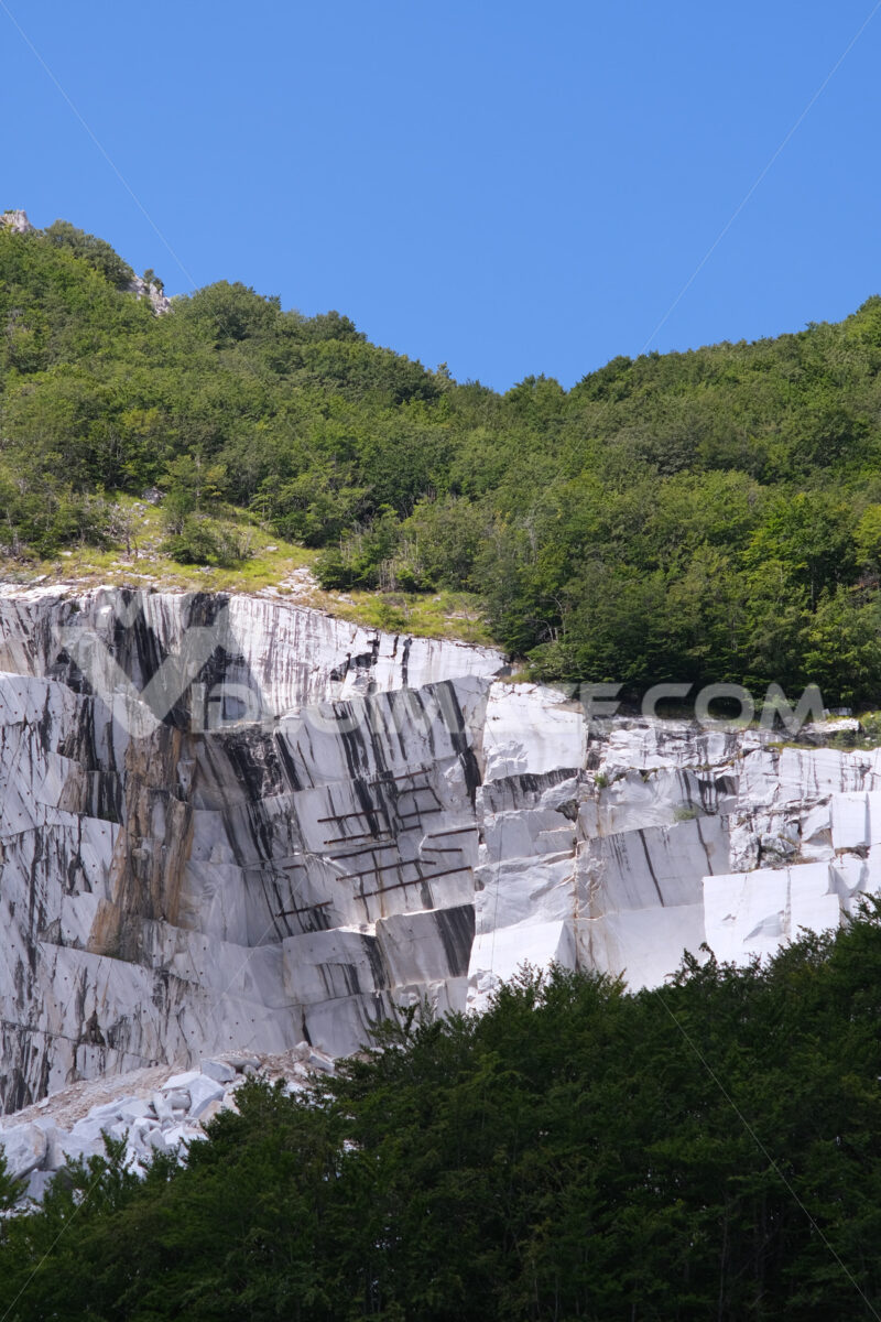Wounded mountain. White marble quarry on the Apuan Alps in Tuscany. Stock photos. - MyVideoimage.com   Foto stock & Video footage
