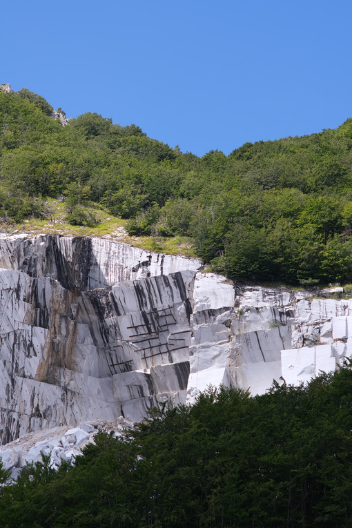 Wounded mountain. White marble quarry on the Apuan Alps in Tuscany. Stock photos. - MyVideoimage.com | Foto stock & Video footage
