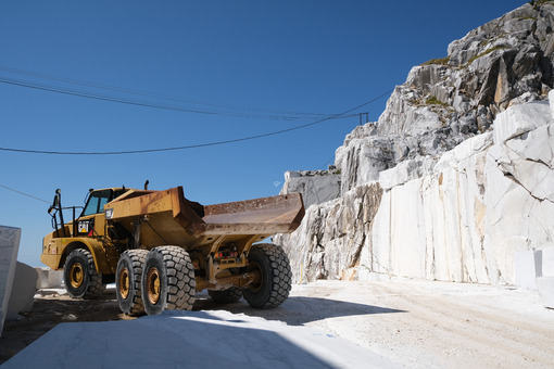 Yellow truck. Big yellow truck in a white marble quarry in the Apuan Alps. - MyVideoimage.com | Foto stock & Video footage