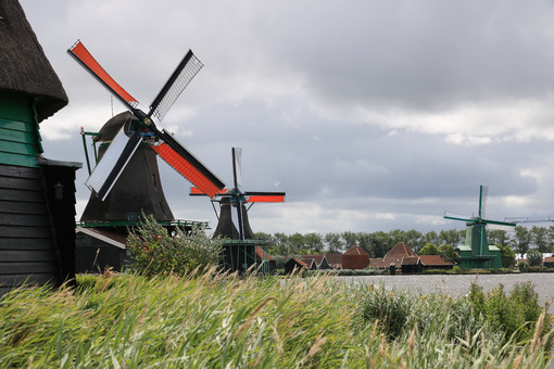 Zaanse Schans. Windmills of Zaanse Schans, near Amsterdam. The structures were - MyVideoimage.com | Foto stock & Video footage