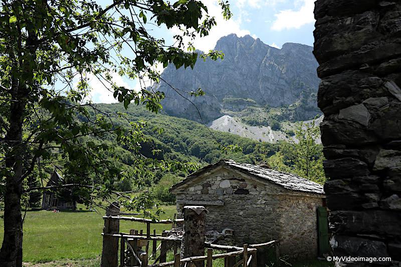 Vacanze Covid. I sentieri delle Alpi Apuane. Campocatino. Myvideoimage.com